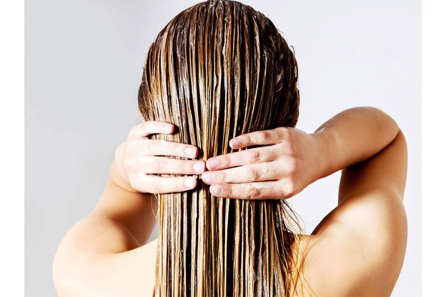 Tóc sạch và ẩm sẽ giúp hấp thu dưỡng chất hiệu quả