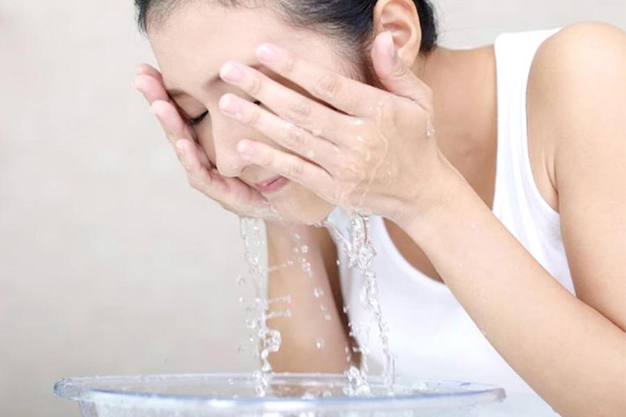 Rửa Mặt Với Nước ấm Mỗi Ngày
